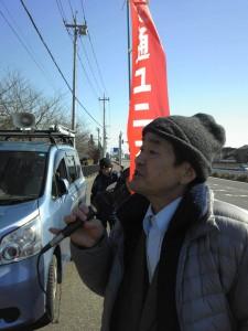 大学の門前で、教職員と学生に訴える田嶋教授